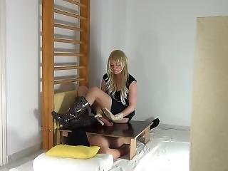младенец, блондинка, ботинки, кончил, фетиш, перчатки, мастурбирует, резина