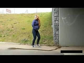 Joggerin Pisst Auf Straße