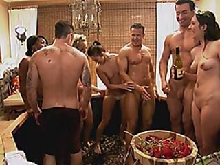 bionda, mora, coppia, sesso a quattro, reality, vino
