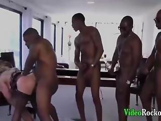 Cuatro Negros Y Un Blanco Se Follan Una Culona Y Tetona Ladrona Termina Disfrutando Con Gritos