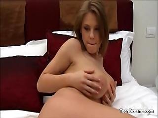 amatõr, nagy mell, nagymellû, ujjazás, maszturbáció, orgazmus, borotvált, szóló, Tini, fiatal