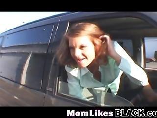Μαύρο κορίτσι δίνει πίπα