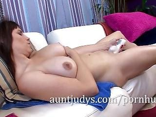 Kelly Capone Likes To Get The Vibrator In Deep.