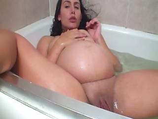 Www.cams10.xyz Preggo Sexy Joue Avec Son Gros Chatte Dans La Baignoir