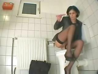 Une Secr�taire Se Rend Aux Toilettes Pour Se Goder!