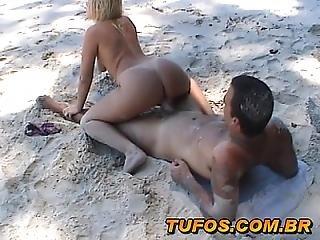 Casal Amador Curtindo O Verao Na Praia