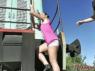 Une Salope Baisee Par Deux Debutants Dans Le Bus De Martyr