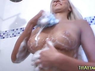 Amateur Showers Her Juggs