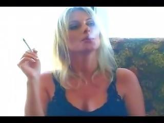 ξανθιά, σέξυ, κάπνισμα, σόλο