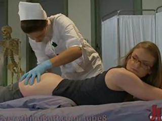 Examination gyneco avec des instruments medicaux et le fist