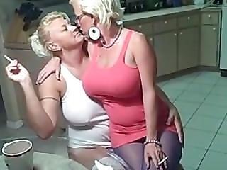 巨乳, レズビアン, 成熟した, 喫煙