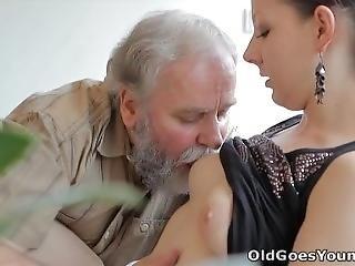 брюнетка, старый, маленькая грудь, Молодежь, молодой