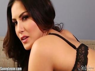 Sunny Leone Fingers Her Nice And Wet Pussy