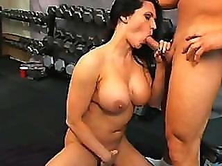 Bodybuilder Chick Elle Cee Giving Head In Gym
