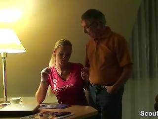 Opa Zeigt Der Kleinen Enkelin Wie Richtig Gefickt Wird