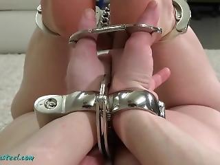 bondage, menoté(es)
