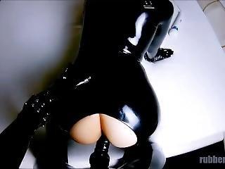 murzynka, obciąganie, obcisły strój, fetysz, ruchanie, stymulacja wacka dłonią, lateks, maska, punkt widzenia, ostro, seks, przyczepa