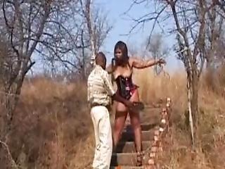 afrikan, vacker, stortuttad, svart, bundet, korsett, ebenholtssvart, kinkig, läder, naturlig, naturliga tuttar, utomhus, offentligt, fitta, slav, våt, piska