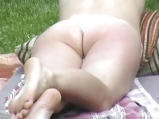 Karina Zeigt Geilen Arsch Im Garten Sunbathing Ass