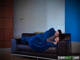 Yan Yana Uyurken Bir Anda Aralarinda Muhtesem Bir Sikis Yasandi