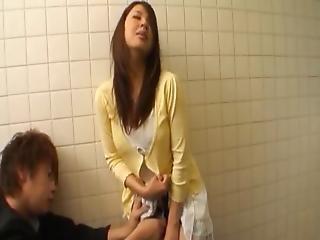 Buruma Gives Bj At A Toilet