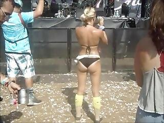 Blond Sweet Ass Girl Dancing And Wearing Shades At An Edm/rave Festival