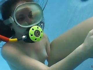 elle se touche la chatte voyeur sous l eau