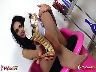 vakker, brunette, sperm, føtter, fetish, fot, fotjobb, stuepike, strømpe