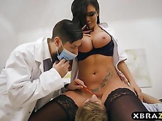 do cú para a boca, grande caralho, grandes mamas, médica, milf, meias, tatuagem