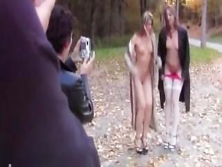 2 Amatrices Francaise Nuditee En Public Route Du Vin