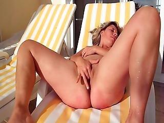Lisa Blue Se Branle Nue Au Soleil