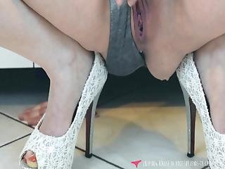 Squirting While Deep Fingering Herself On Vends Ta Culotte