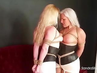 Dos Milf Lesbianas Besandose Mientras Estan Atadas