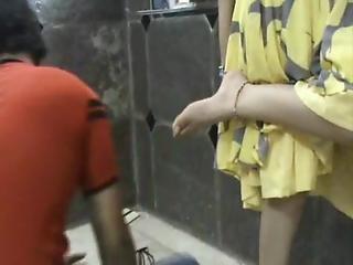 סקס מלכה ליקוק כפות רגליים