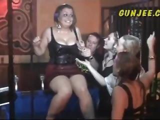 Blonde, Brunette, Fétiche, Fête