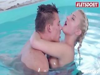 leszbikus tini medence szex