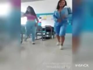 Estudiantes desnudandose en el salón