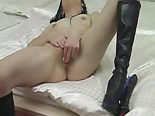 amateur, bottes, brunette, à la maison, tourné à la maison, masturbation, collants, chatte, petits seins, solo, espion, embêter, webcam