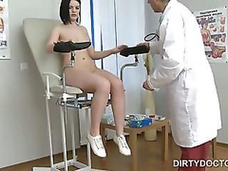 meditsinskiy-osmotr-devushek-video