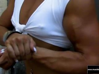 Flexing Female Bodybuilder Pokies