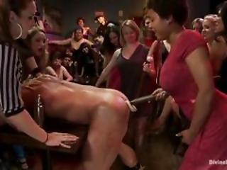 Esclavo lesbiana atado y azotado en su culo desnudo