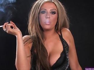 chick, dikke tiet, roken, solo