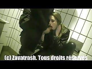 Deux Chiennes Offertes Dans Des Toilettes D Autoroute