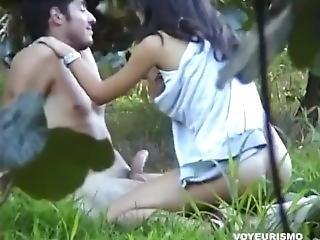 elle le branle pendant qu il dort baise dans un parc
