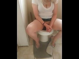 Eating My Girlfriends Pussy While Shes Peeing