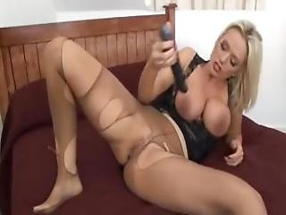 bonasse, blonde, butin, pieds, pied, masturbation, milf, nylon, orgasme, collants, bas collants, jouets, taillée