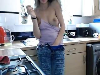Moja Ciocia Pokazuje Sie Przed Kamerka W Kuchni