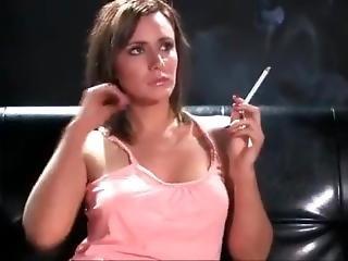 bonasse, brunette, robe, rose, fumeur, solo, jeune