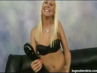 blondin, söt, snopp, dildo, knullar, stor dildo, insättning, maskinknull, onani, gummi, solo, leksaker, vibrator