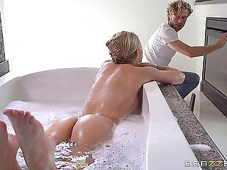Handsome Blond Stops Her Bathing Session In Order To Acquire Shagged